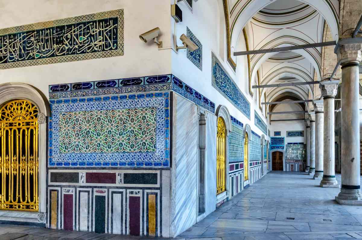 Sleeping With the Sultan - Behind the Walls of Istanbul's Topkapi Palace Harem
